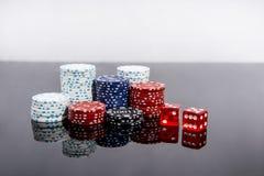 Kasynowa abstrakcjonistyczna fotografia Partia pokeru na czerwonym tle Temat uprawia? hazard obrazy stock