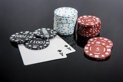 Kasynowa abstrakcjonistyczna fotografia Partia pokeru na czerwonym tle Temat uprawia? hazard obraz stock
