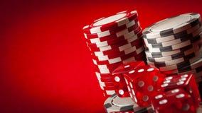 Kasynowe gry i uprawiać hazard pojęcie z brogującymi grzebaków układami scalonymi i czerwonymi kostkami do gry używać w grą bzdur obraz stock
