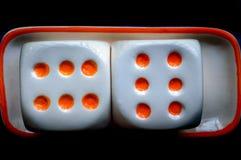 Kasynowe sześcian kostki do gry ustawiać na czarnym tle zdjęcia royalty free