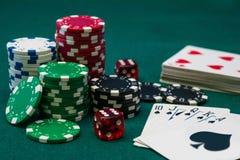 Kasynowi grzebaków układy scaleni, kostka do gry i karty, Zdjęcia Stock