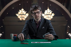 Kasynowy gracz w szkłach bawić się grzebaka Obrazy Royalty Free
