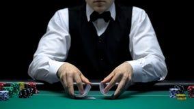 Kasynowy handlowiec robi człapanie sztuczkom z kartami, uprawiający hazard, szczęsliwa partia pokera obrazy royalty free