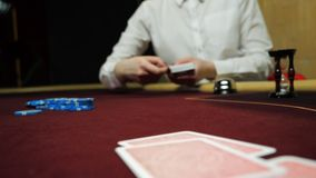 Kasynowy hazard: Handlowiec rozdaje karty Gracza zakład Karty i ręki w górę zbiory wideo
