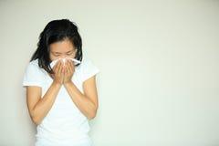 Kaszlowy kobiety kichnięcia nos obraz royalty free