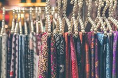 Kaszmirowi szaliki wiesza w sklepie zdjęcia stock