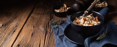 Kaszotto- połysku risotto od jęczmiennych groats z pieczarkami zdjęcia royalty free