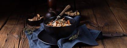 Kaszotto- połysku risotto od jęczmiennych groats z pieczarkami obraz royalty free
