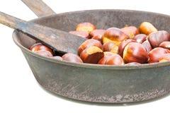 Kasztany Osobliwie jesieni owoc na białym tle Świezi kasztany w starej smaży niecce z dziurami na dnie Zdjęcia Royalty Free