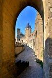 Kasztel Carcassonne przez łuku, Francja Obrazy Royalty Free