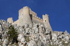 Kasztel w niebie - dama jastrzębia kasztel Rocca Calascio, Aquila, - Fotografia Royalty Free