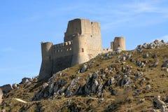 Kasztel w niebie - dama jastrzębia kasztel Rocca Calascio, Aquila, - Obrazy Stock