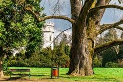 Kasztel w zielonym ogródu parku obraz stock