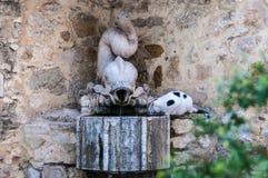 Kat die een fontein drinken stock afbeeldingen