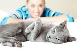 Kat en vrouw Stock Foto's