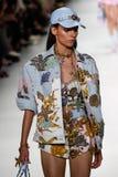 Kat Hessen loopt de baan in Versace toont tijdens Milan Fashion Week Spring /Summer 2018 stock foto