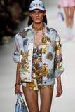 Kat Hessen loopt de baan in Versace toont tijdens Milan Fashion Week Spring /Summer 2018 stock afbeeldingen
