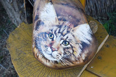 Kat, op een rots wordt geschilderd die stock foto