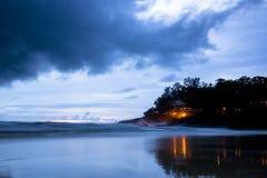 Kata Noi Beach på skymning arkivbilder