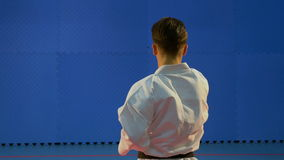 Kata utbildning utförde vid en kampsportpraktiker på dojoen stock video