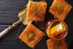 Kataif tort z pistacjami i świeżym miodowym zakończeniem na stole Zdjęcia Stock