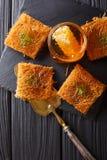 Kataif tort z pistacjami i świeżym miodowym zakończeniem na stole Zdjęcia Royalty Free