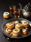 Kataifi, kadayif, kunafa, het nestkoekjes van het baklavagebakje met pistaches met thee Het koken snoepjesturks, of Arabische tra stock foto