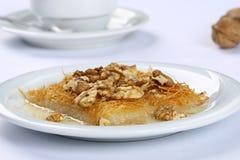 Kataifi z orzechem włoskim - Tradycyjny Turecki deser Zdjęcia Stock