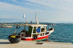 KATAKOLO,希腊- 2017年10月31日:传统五颜六色的渔船在Katakolo的港口,希腊 免版税库存图片