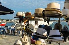 KATAKOLO, GRÈCE - 31 octobre 2017 : Le ` s d'hommes et le ` s de femmes ont tressé des chapeaux de paille à vendre sur la promena Photo stock