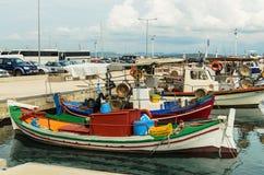 KATAKOLO, GRÉCIA - 31 de outubro de 2017: Barcos de pesca coloridos tradicionais no porto do Katakolo, Grécia Fotos de Stock Royalty Free