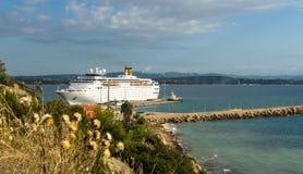 KATAKOLO, GRÉCIA - 31 de outubro de 2017: Navio de cruzeiros de Costa Neoclassica que ancora no porto de Katakalon Imagem de Stock