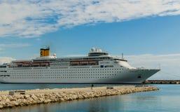 KATAKOLO, GRÉCIA - 31 de outubro de 2017: Navio de cruzeiros de Costa Neoclassica que ancora no porto de Katakalon Fotografia de Stock
