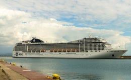 KATAKOLO, GRÉCIA - 31 de outubro de 2017: Navio de cruzeiros do CAM Musica que ancora no porto de Katakalon Fotografia de Stock Royalty Free