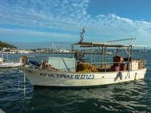 KATAKOLO, GRIECHENLAND - 31. Oktober 2017: Traditionelle Fischerboote im Hafen des Katakolo Olimpia, Griechenland Lizenzfreies Stockfoto