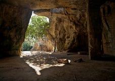Katakombeneingang und inneres Teil mit Baum und gebundene Stücke Cl Stockfotografie