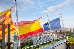 Katalanisch, Spanisch, EU-Markierungsfahnen unter Barcelona lizenzfreie stockfotos