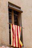 Katalanische Flagge im Fenster Stockbild