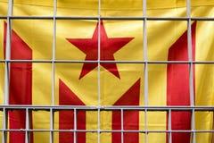 Katalanische Flagge (Zeichen für die Unabhängigkeit von Katalonien) hinter Gittern in Barcelona, Spanien Lizenzfreies Stockfoto