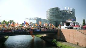 Katalanische Protestierender vor Brücke des Europäischen Parlaments stock footage