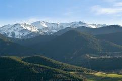 Katalończyków Pyrenees drzewa i góry kształtują teren, PuigcerdÃ, Cerdanya, Hiszpania Zdjęcia Royalty Free