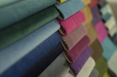 Katalog av den mångfärgade torkduken från bakgrund för mattingtygtextur, textur för siden- tyg, bakgrund för textilbransch royaltyfri foto