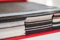 Katalog av mångfärgat efterföljdläder från bakgrund för mattingtygtextur, konstlädertygtextur, branschbakgrund arkivbild