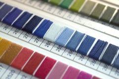 Katalog av trådar Mångfärgade möblemangtrådar Bakgrund för textilbransch med suddigt Makro begrepp av designen royaltyfria bilder
