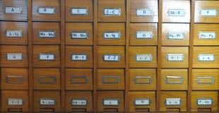 Katalog in der Bibliothek Hölzerner Katalog in der Bibliothek, mit Buchstaben auf dem Kasten, Vorderansicht stockfotografie