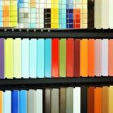Katalog mit Ziegeln gedeckt, Proben im Speicher Lizenzfreie Stockfotos