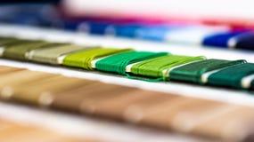 Katalog nici Stubarwne meblarskie nici Przemysłu włókienniczego tło z zamazanym Makro-, pojęcie projekt produkcja Obrazy Stock