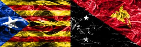 Katalonien gegen die Papua-Neu-Guinea Kopien-Rauchflaggen nebeneinander gesetzt Dicke farbige seidige Rauchflaggen des katalanisc stock abbildung