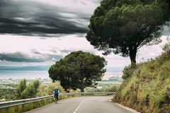 Katalonien, Spanien Junge Frau, die das Radfahren in Gebirgsstraße genießt Lizenzfreie Stockfotos