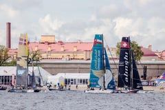 Katamaran Alinghi (SUI) und Oman Airs (OMA) auf extremen segelnden Katamarann der Reihen-Tat 5 laufen in St Petersburg Lizenzfreie Stockfotografie